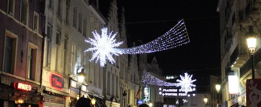 Lichterstern als weihnachtlichen Straßendekoration in Brüssel, Belgien