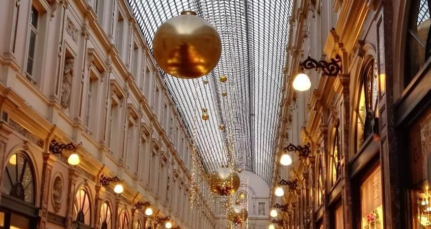 goldene Kugeln und Lichter als Weihnachtsdekoration in der Galerie de roi in Brüssel, Belgien