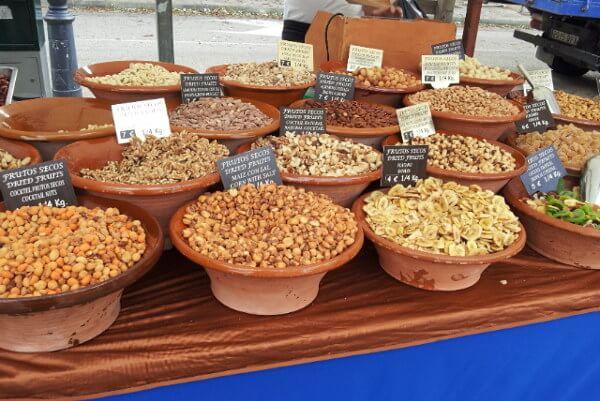 Marktstand mit verschiedenen Nüssen in Valdemossa