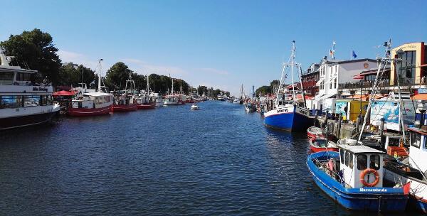 Hafenbecken von Warnemünde mit diversen Bootsen