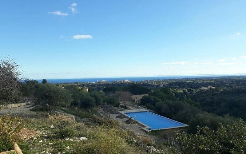 Blick von Finka in Manacor auf Mittelmeer mit Palma de Mallorca im Blick, Pool