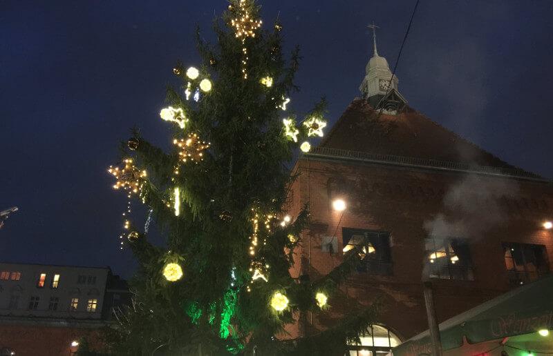 Geschmückter und beleuchteter Tannenbaum auf dem Lucia-Weihnachtsmarkt in der Kulturbrauerei in Berlin