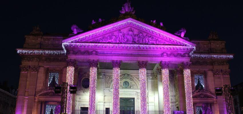 violett beleuchteter Gerichtsgebäude in Brüssel, Belgien