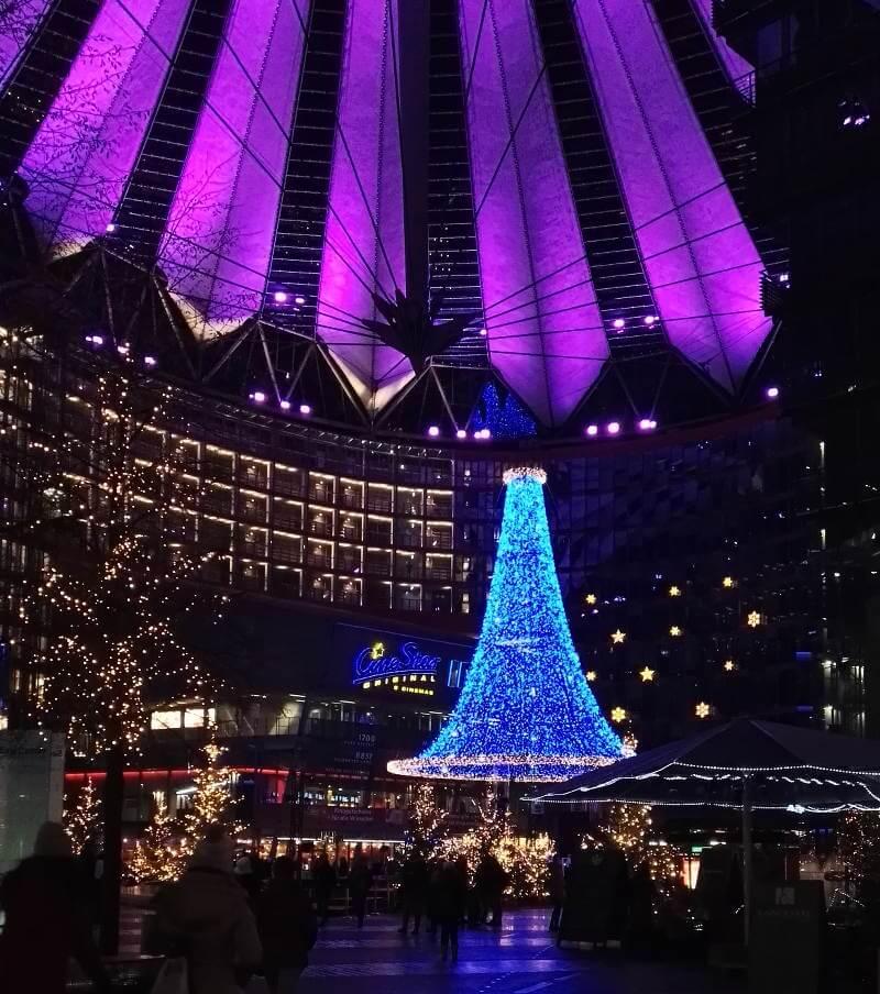 bunte Beleuchtung im Sony-Center am Weihnachtsmarkt am Potsdamer Platz, Berlin