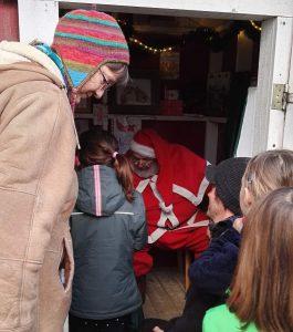 Kinder die den Weihnachtsmann auf dem schwedischen Weihnachtsmarkt in Berlin