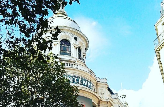 blick auf kaufhaus primtemps in quartier de l'opera in paris