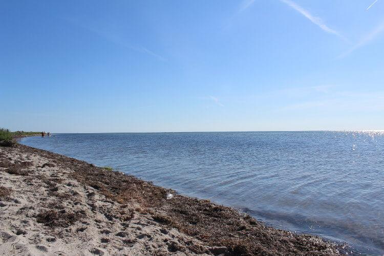 Blick vom Strand aufs Meer