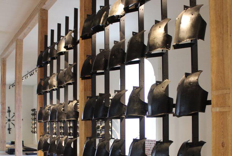 Rüstungswand im Zeughaus-Museum in Kopenhagen, Dänemark