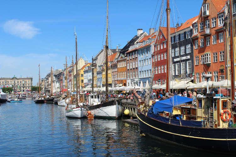 Blick auf den Hafen. Bunte Boote Nyhavn, Kopenhagen, Dänemark