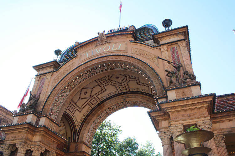 Eingangsbogen des Erlebnisparks Tivoli in Kopenhagen, Dänemark