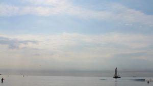 Blick aus Meer vom Warnemündener Strand aus kurz vor der Dämmerung