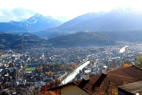 Blick von Hungerburg auf Innsbruck und Alpenpanorama
