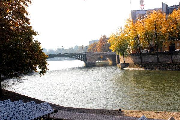 Paris im Herbst mit Blick auf die Seine und eine Brücke