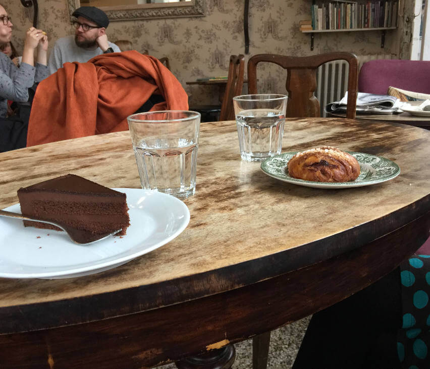 zimtschnecke und schokokuchen im cafe runa in tampere finnland
