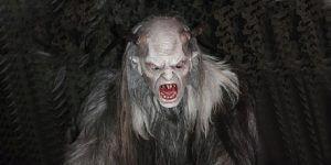Krampus mit gruseliger Larvenmaske, Fellmantel, Hörnern und langen Haaren