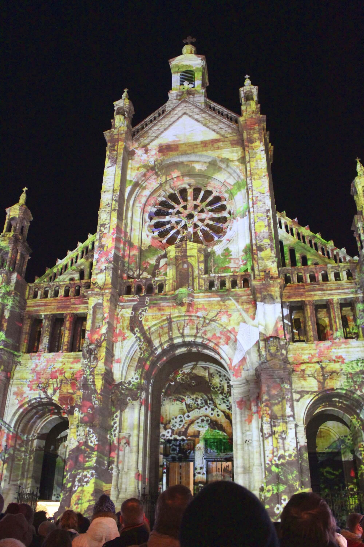 Lichterspiel an der Kathedrale St. Catherine in Brüssel