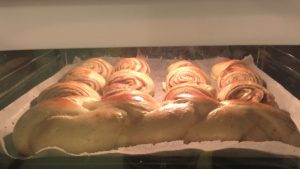 Finnische Zimtschnecken die im Ofen goldbraun backen