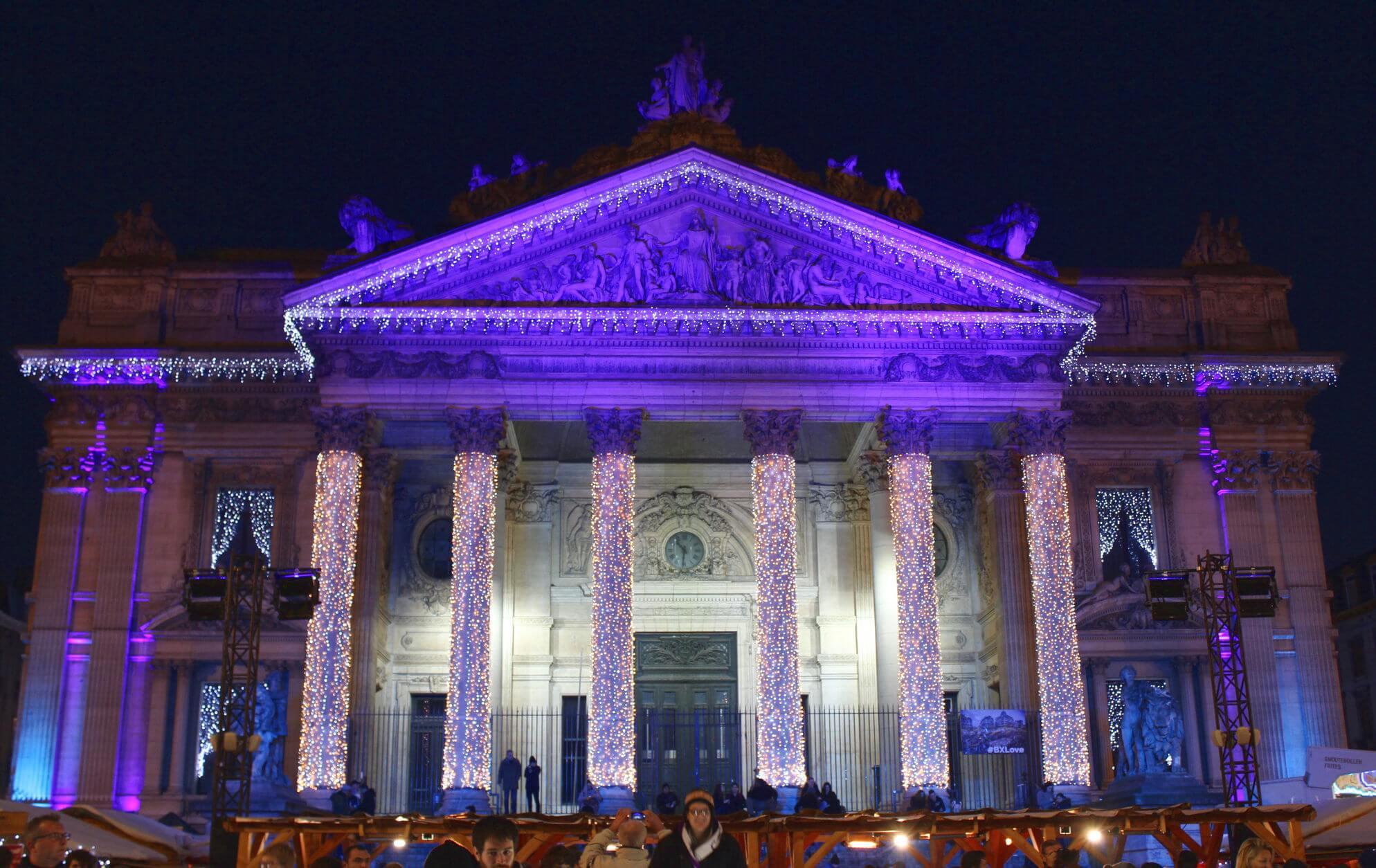 La Bourse in Brüssel mit Weihnachtsbeleuchtung