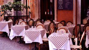 Blick auf italienisches Restaurant mit Tischen mit karierter Tischdecken auf Außenterassen