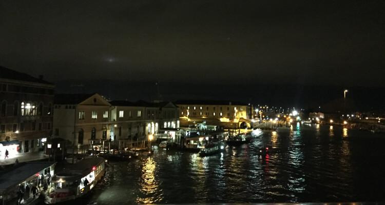 Blick auf den Grand Canal nachts in Venedig: viele Lichter + Boote