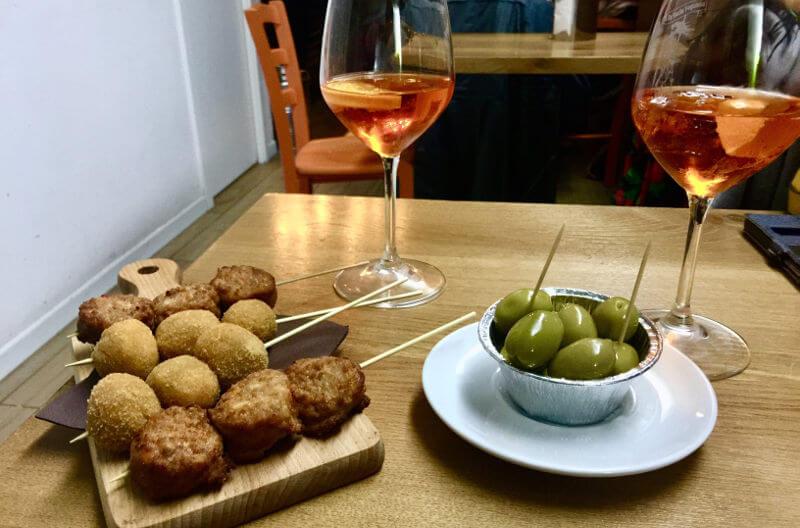 italienische Tapa aus Oliven, Mini-Fleischbällchen, frittierten Oliven und Aperol Sprizz