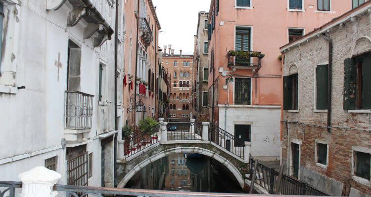 Kleine Wasserstraße in Venedig mit blick auf mehrer Brücken