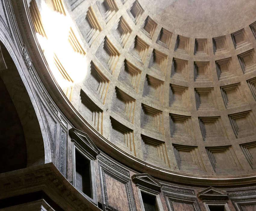 Blick in die Kuppel des Pantheon mit Lichtkegel auf Wand