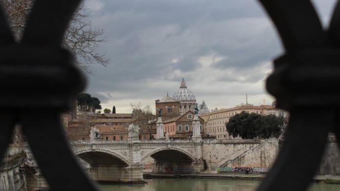 Blick durch Brückengeländer der Ponte San'Angelo auf Petersdom