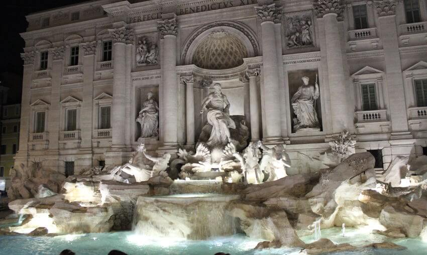 Blick auf Trevi-Brunnen in Dämmerung
