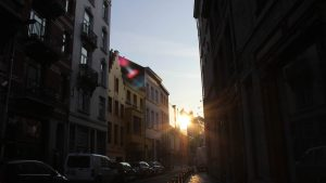 Straße in Brüssel, Belgien während der goldenen Stunde