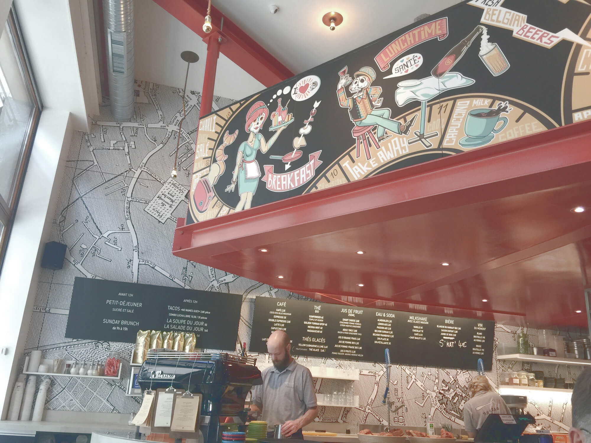 Bar und Einrichtung des Cafés Charlie Salé in Brüssel