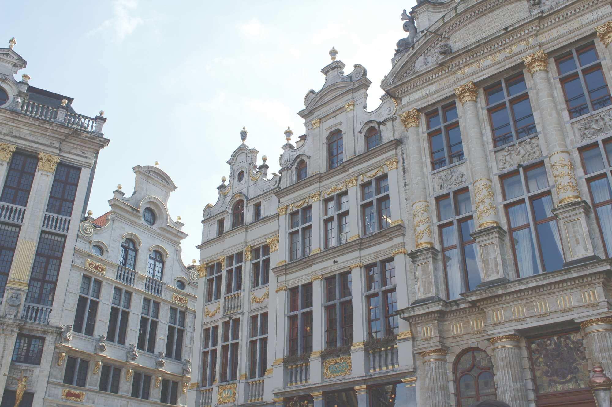 Gildehäuser mit goldenen Verzierungen am Grote Markt in Brüssel, Belgien