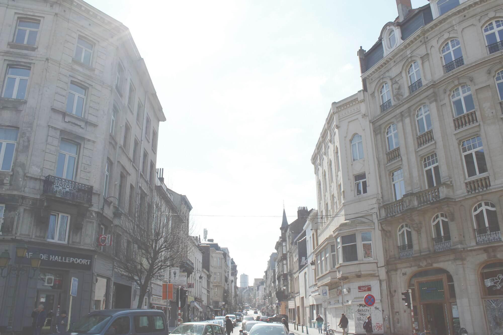 Straße mit alten Häuserfassanden in Saint Gilles, Brüssel, Belgien