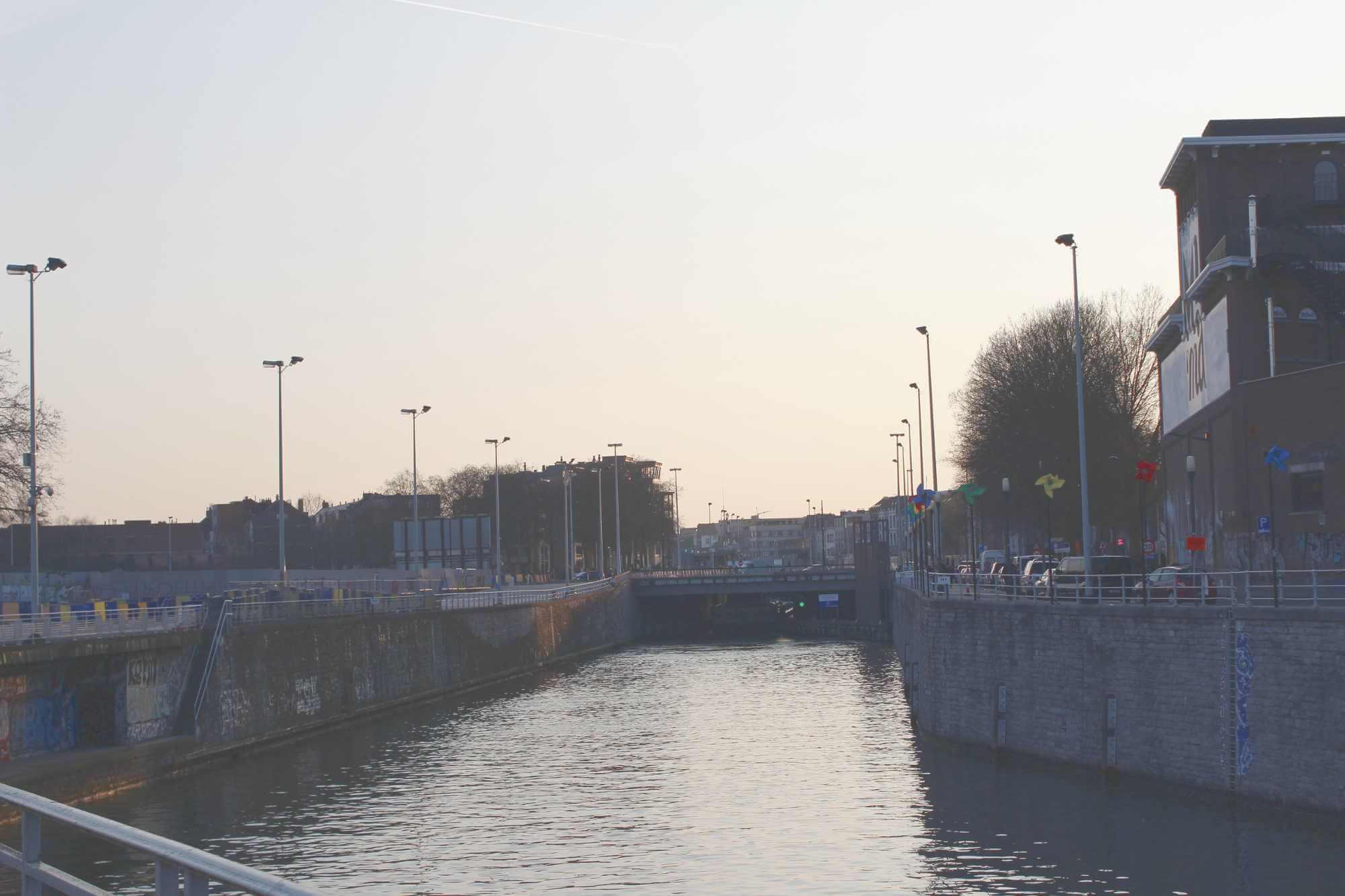 Sonnenuntergang mit Blick auf Brücke und Fluss Senne in Brüssel, Belgien