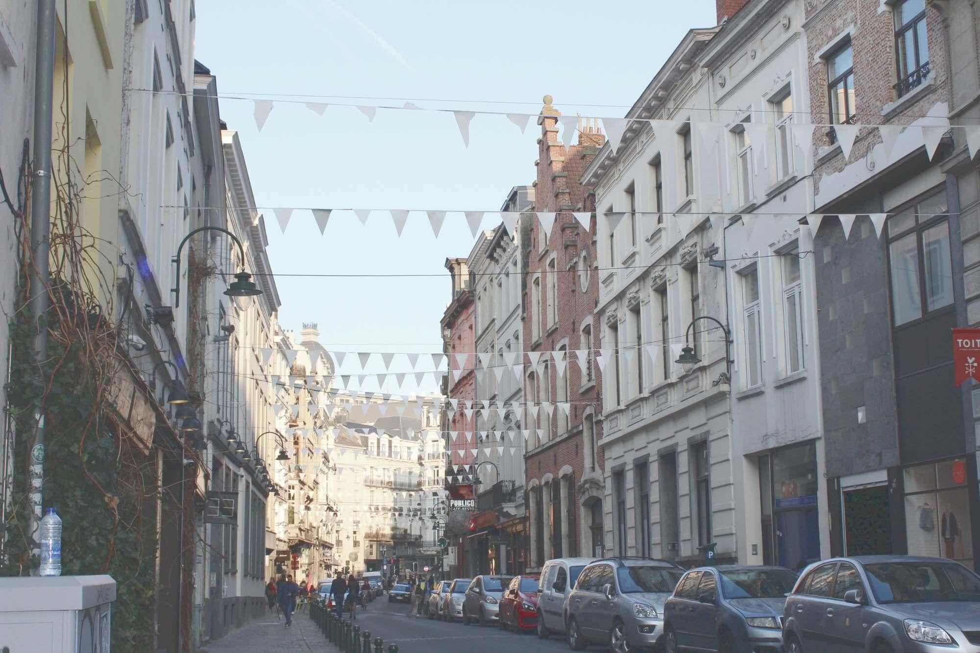 Straße in Brüssel, Belgien mit Fahnen dekoriert