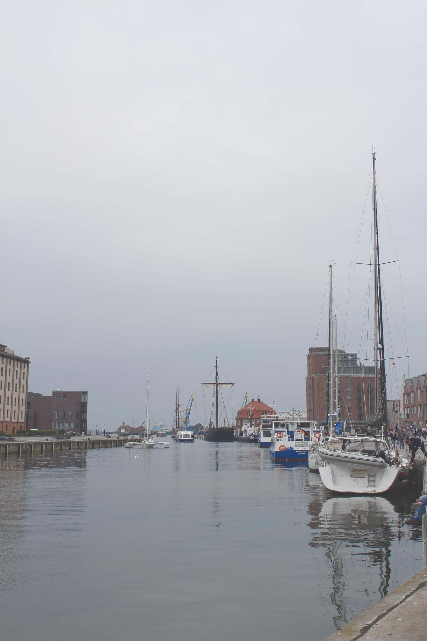 Blick von Hafenpromenade auf Hafenbecken in Wismat