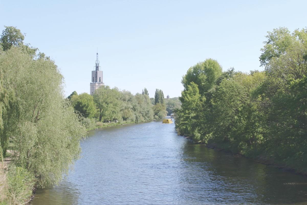 Blick auf die Havel mit Ausflugsschiff in Potsdam, Brandenburg