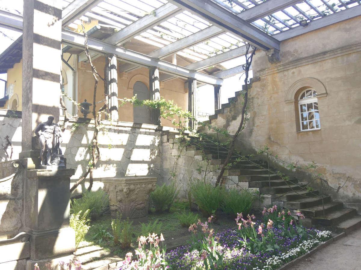 Vorgarten mit Treppe, Terasse, Blumenbeeten in den römischen Bädern im Park Sanssouci in Potsdam, Brandenburg