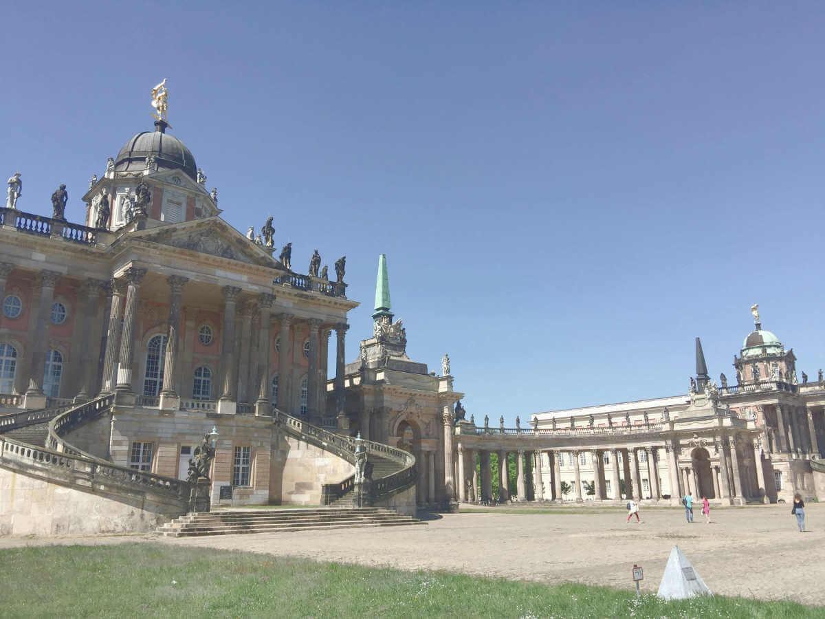 Blick auf eines der Hauptgebäude der Uni Potsdam sowie Verbindungsgang zwischen den Gebäuden im Park Sanssouci in Potsdam, Brandenburg