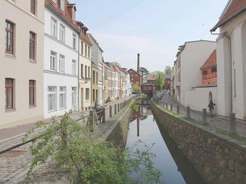 Blick auf Bach in Wismarer Altstadt