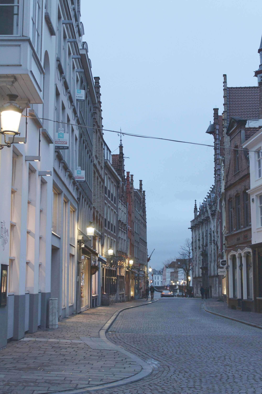 Straße in Brügge bei Dämmerung und Abendbeleuchtung