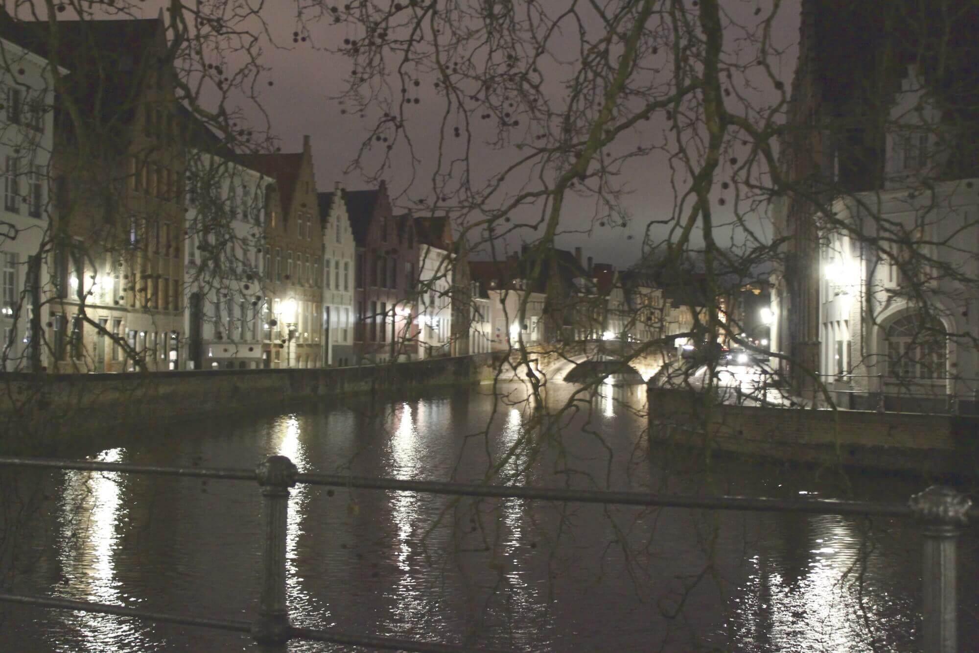 Blick von Brücke auf Reienarm bei Nacht mit Lichterspiegelung