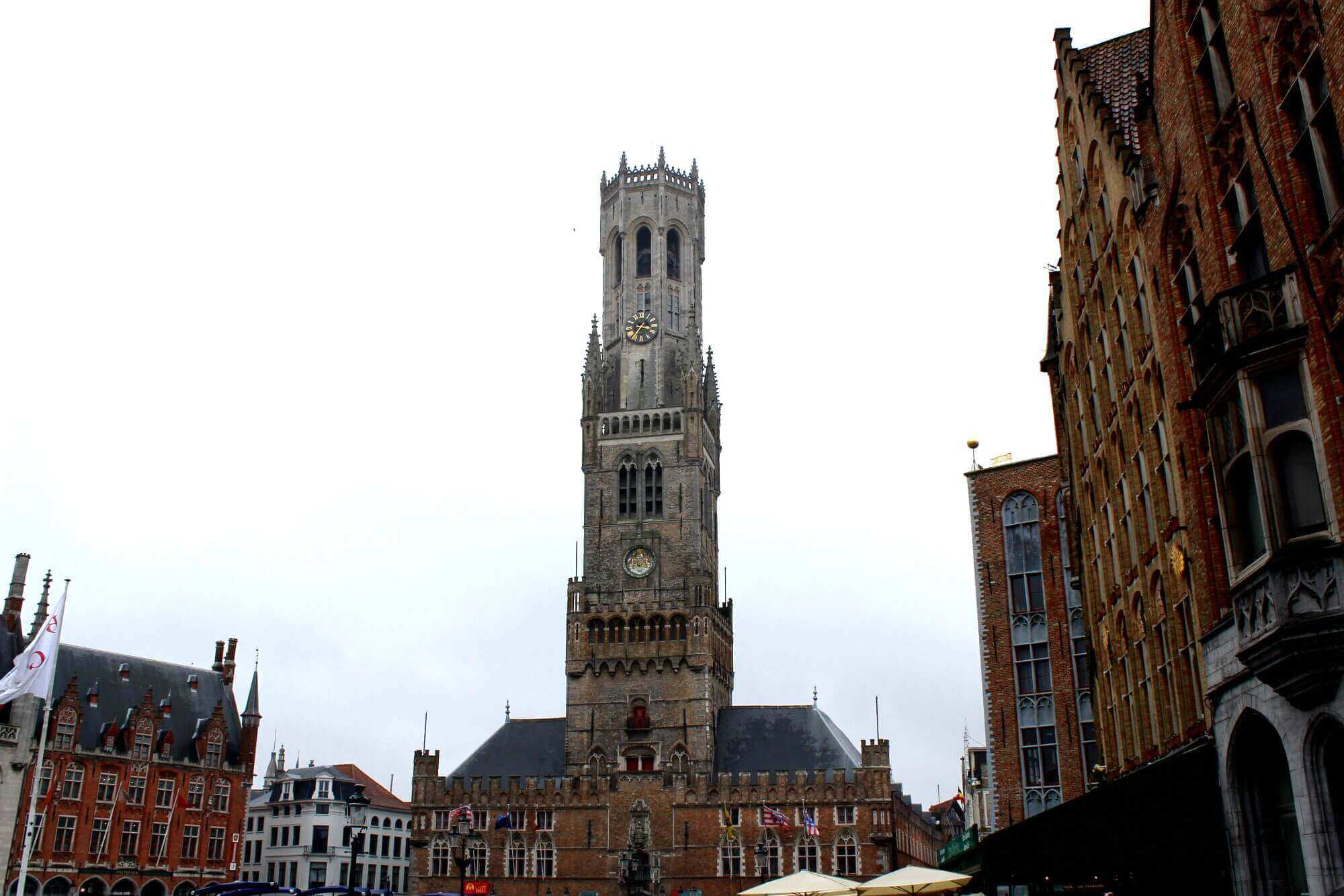 Blick auf Brüggener Belfried am Eingang zum Marktplatz