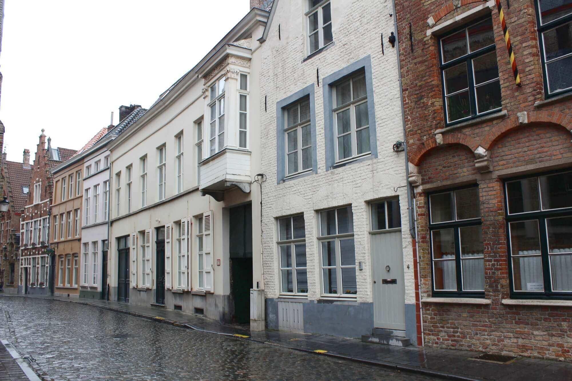 Kleine Gasse in Brügge mit alten Häusern