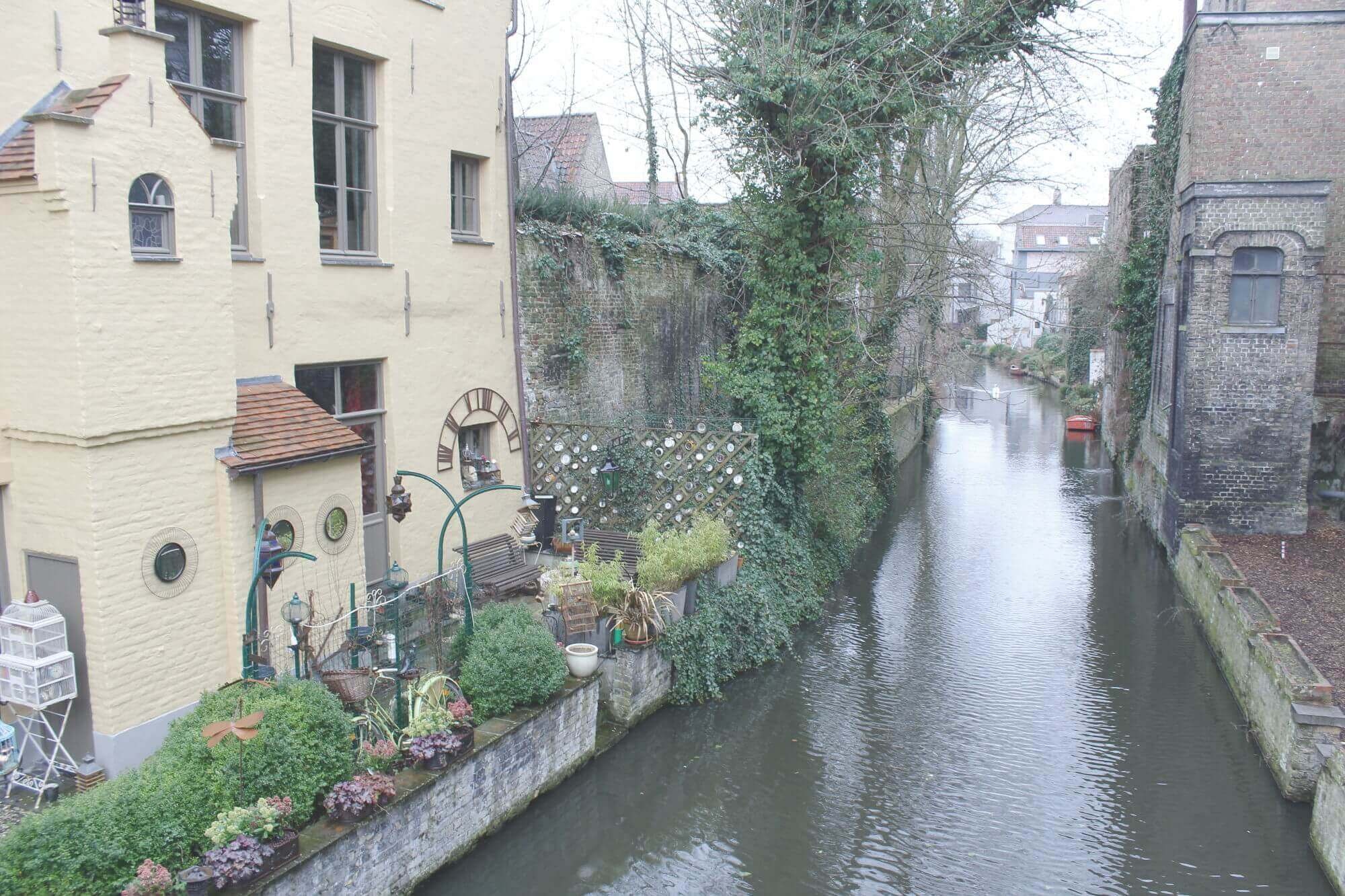 Blick von Brücke auf Reien-Arm von Gärten eingezäumt in Brügge