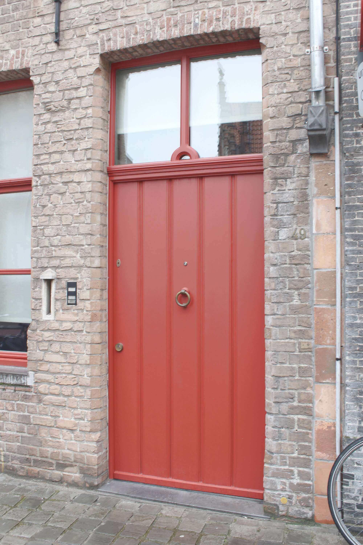 Rote Tür in Gasse in Brügge, Belgien