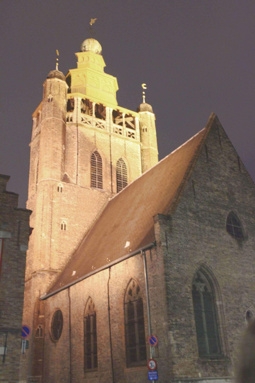 Jerusalem Kapelle bei Nacht mit Lichtnstrahlung in Brügge