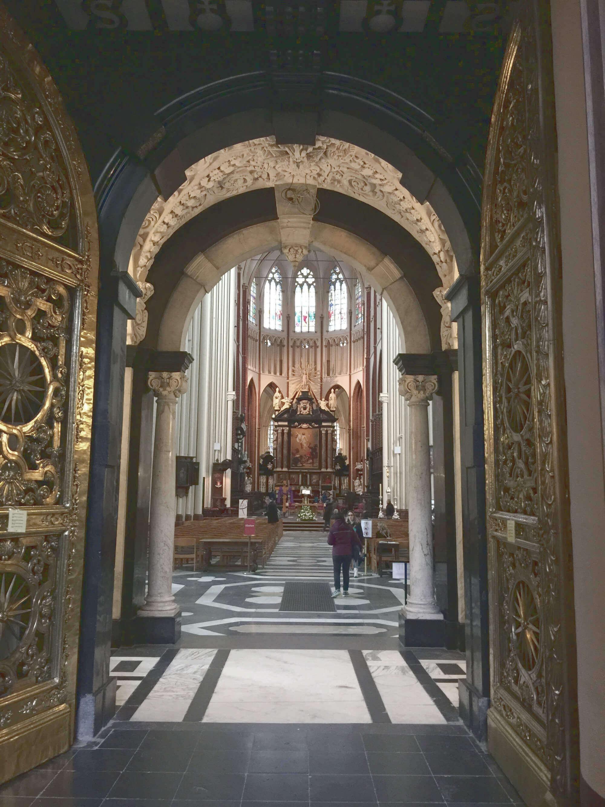 Sint-Salvatorskathedraal von innen: Goldenes Tor als Eingang