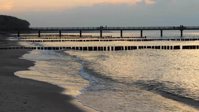 Strand von Heiligendamm bei Sonnenuntergang mit Blick au die Seebrücke