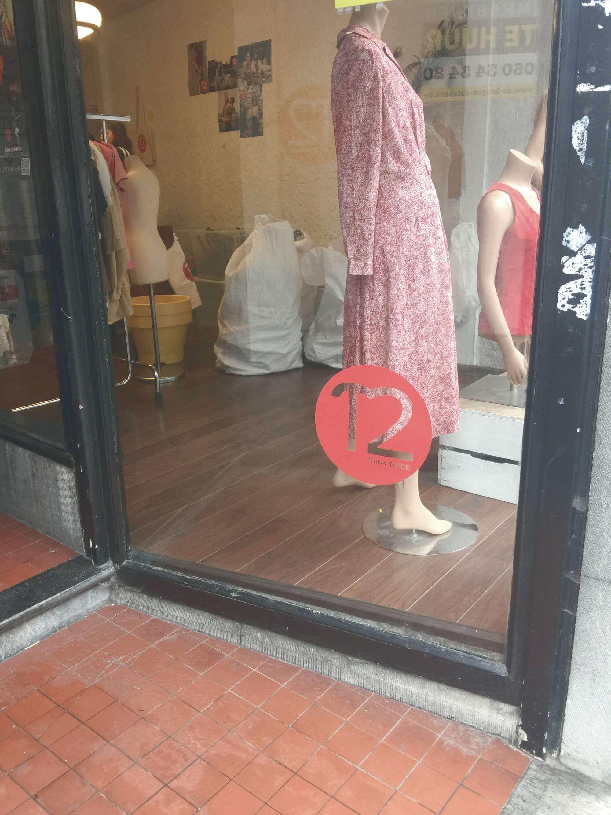 Eingang zum Second-Hand-Laden Think Twice in Brügge, Belgien